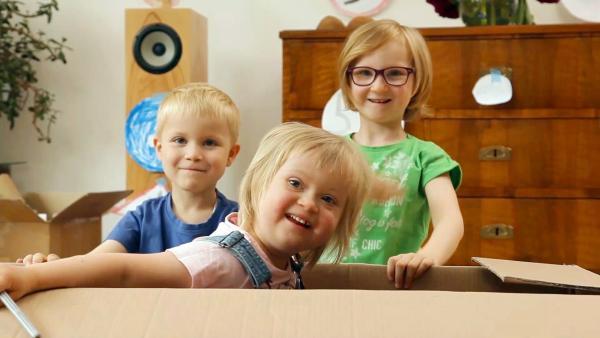 Emanuel, Bella und Annelies basteln ein Kartonauto. | Rechte: KiKA/Ysabel Fantou